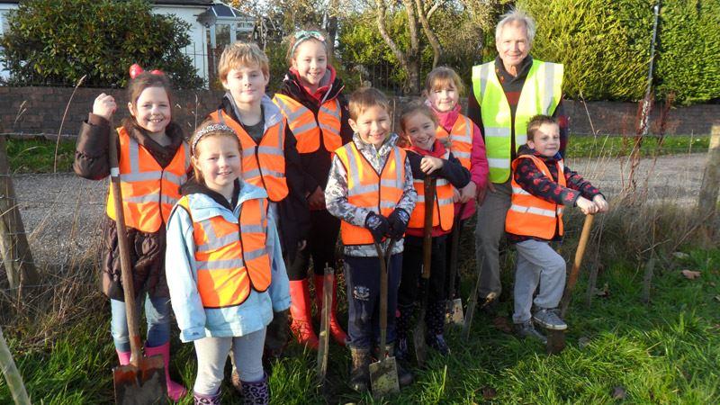 Derwent Vale Primary School plant trees around Mabel Wood<span>13/14</span>